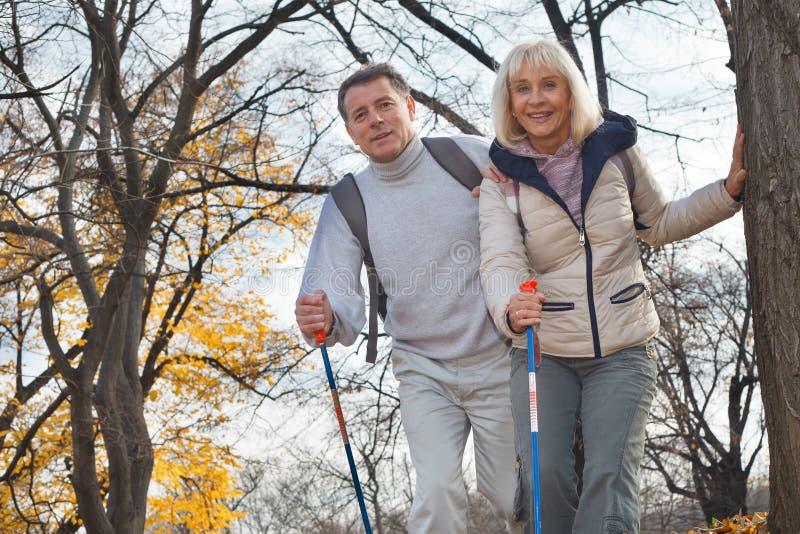 Aktywna w średnim wieku para wycieczkuje outdoors obraz royalty free