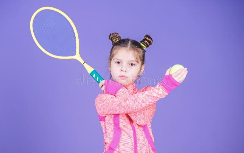 Aktywne gry Sporta wychowanie Ma?y cutie lubi tenisa Sporta wyposa?enia sklep Sztuka tenis dla zabawy Ma?y dziecko sporty fotografia stock