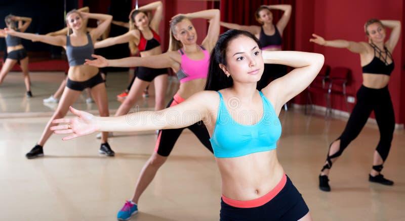 Aktywne kobiety tanczy excited pozować zdjęcie royalty free