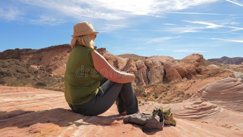 Aktywnej kobiety Turystyczny Siedzący Odpoczywać Na rewolucjonistce Rockowej I Podziwiać widoki jar obraz royalty free