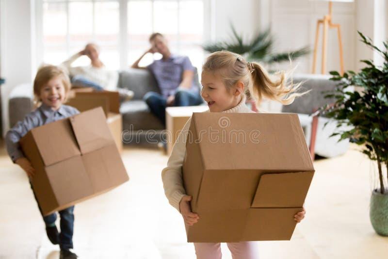 Aktywni dzieci cieszy się poruszającego dnia bieg bawić się z pudełkami t fotografia stock