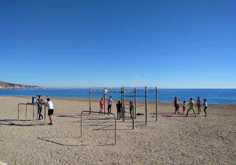 Aktywni ludzie na plaży Aguadulce Hiszpania obrazy royalty free