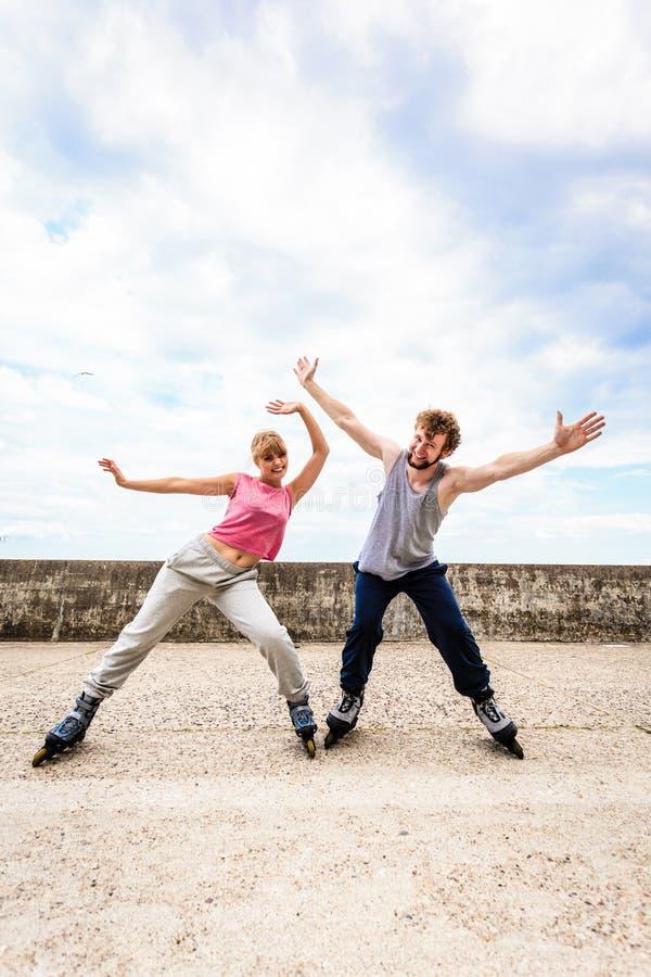 Aktywni młodzi ludzie przyjaciela rollerskating plenerowego zdjęcia royalty free