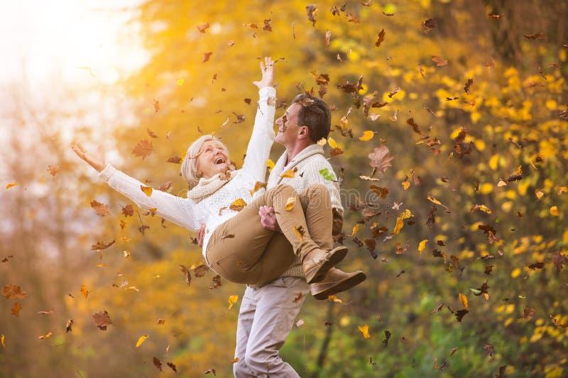 Aktywni seniory ma zabawę w naturze zdjęcia royalty free
