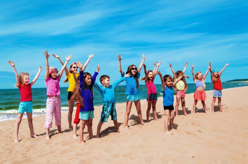 Aktywni szczęśliwi dzieci na plaży obrazy stock