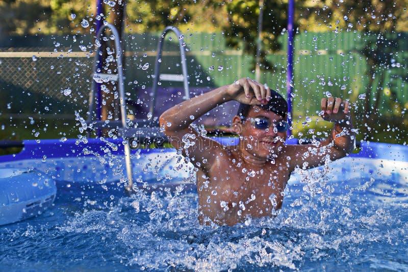 Aktywność na basenie, dzieci pływa i bawić się w wodzie, szczęściu i lecie, obraz stock