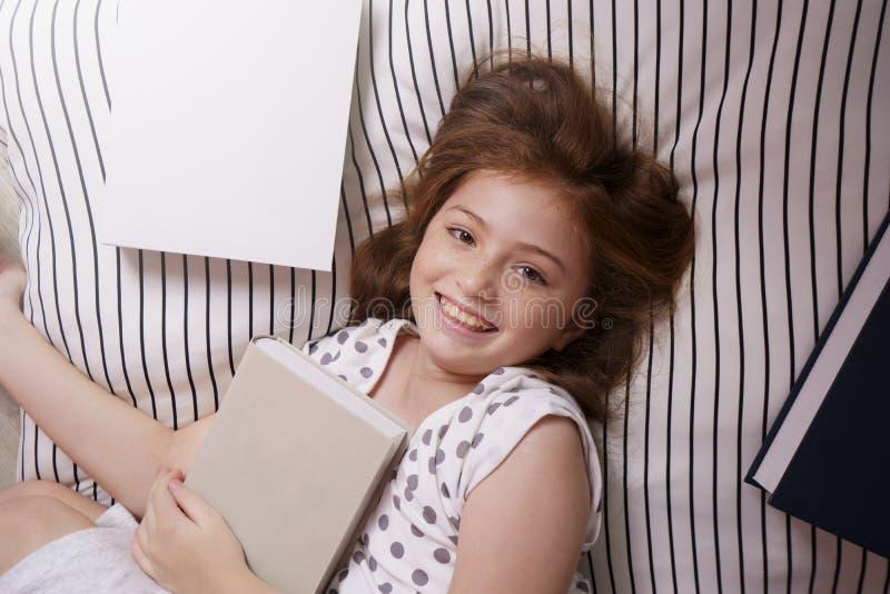 Aktywność podczas szkolnego wakacje, Śliczna dzieciak dziewczyna ono uśmiecha się jaskrawy zdjęcia royalty free