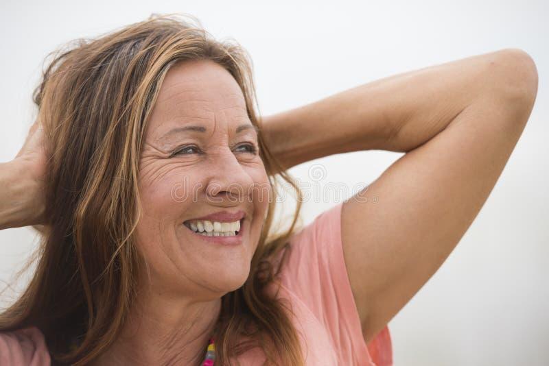Aktywny atrakcyjny szczęśliwy dojrzały kobieta portret zdjęcia royalty free