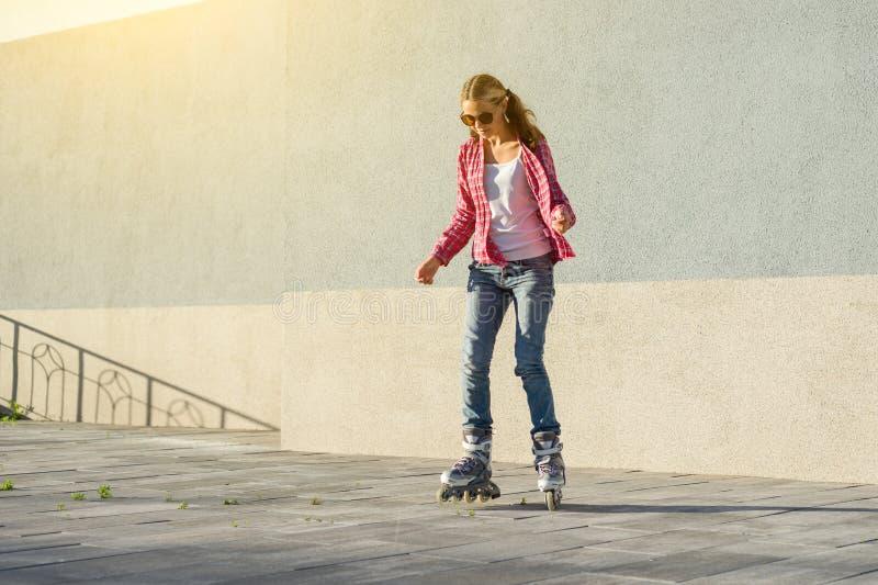 Aktywny bawi się nastoletniego w rolkowych łyżwach na miastowym tle fotografia stock