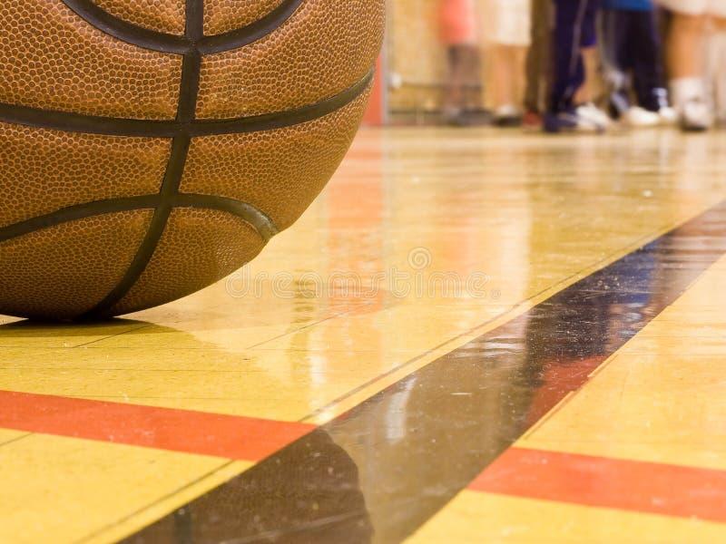 aktywny boisko do koszykówki iść na piechotę potomstwa zdjęcia stock