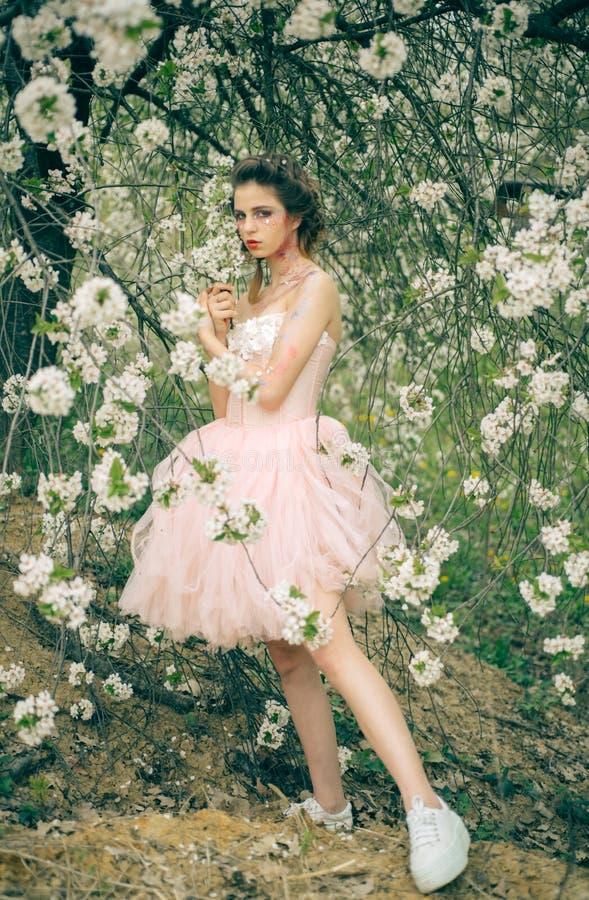 Aktywny dzień Twarz i skincare zdrowie kobiety s alergia kwiaty Lato dziewczyna przy kwitnącym drzewem Wiosna wakacje fotografia stock