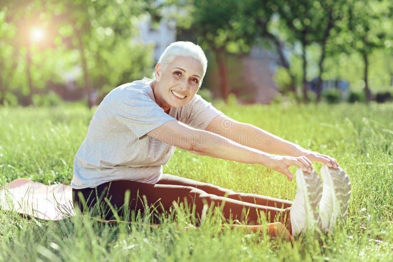 Aktywny emeryt próbuje dotykać jej cieki obraz royalty free
