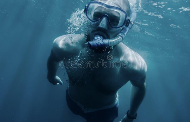 Aktywny mężczyzny pływać podwodny obraz royalty free