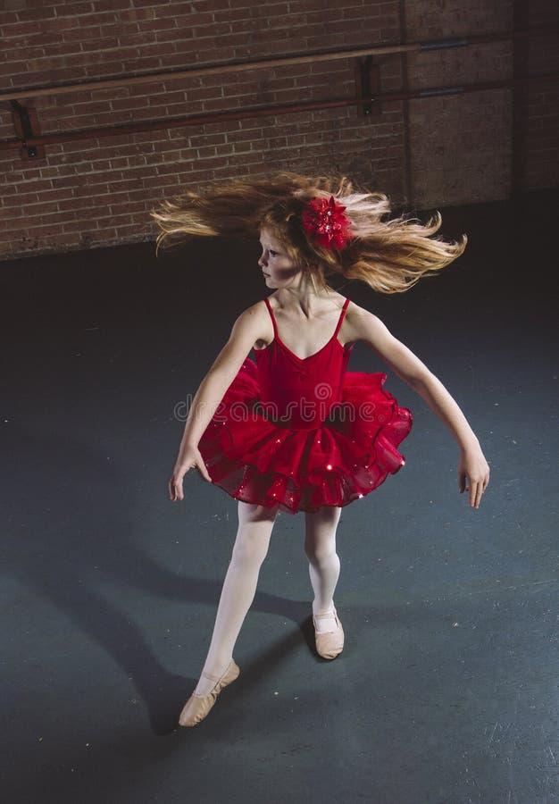 Aktywny mały tancerza przędzalnictwo, taniec przy tana studiiem i obraz stock