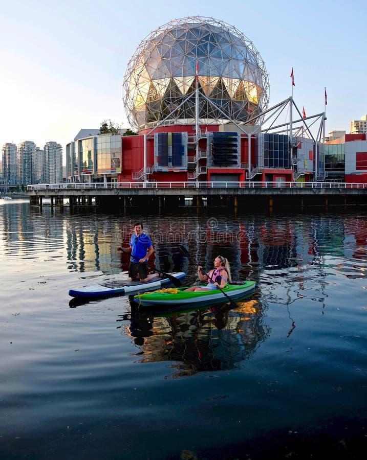 Aktywny pary małżeńskiej wodniactwo i kayaking w miasta schronienia Fałszywej zatoczce blisko Yaletown obrazy stock