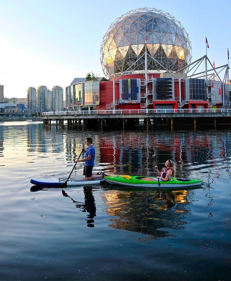 Aktywny pary małżeńskiej wodniactwo i kayaking w miasta schronienia Fałszywej zatoczce blisko Yaletown zdjęcie royalty free