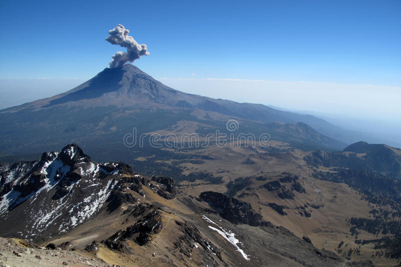 Aktywny Popocatepetl wulkan w Meksyk fotografia stock