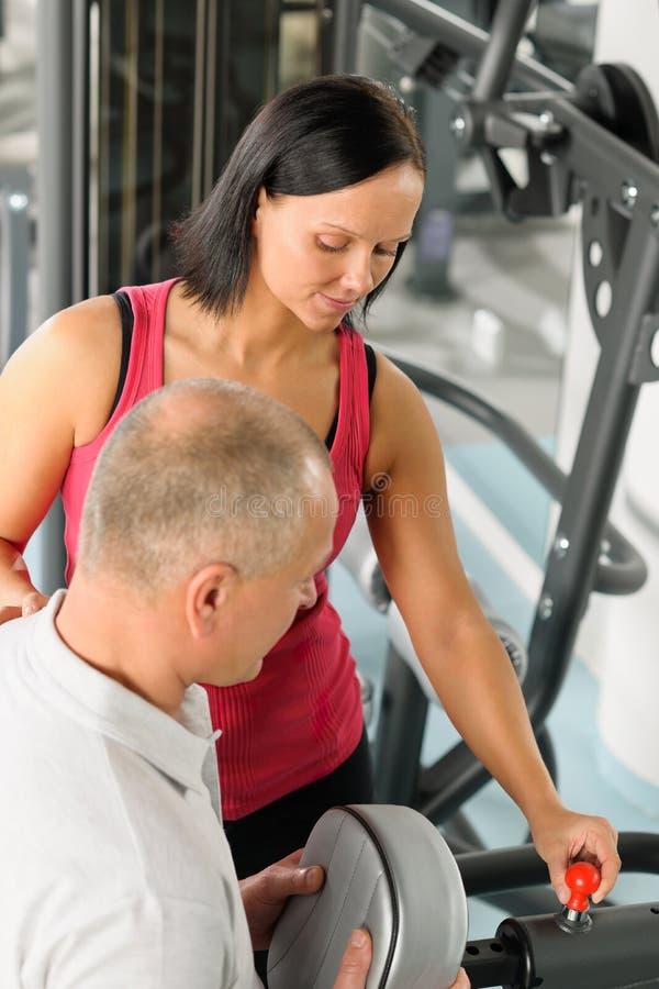 aktywny przystosowywa ćwiczenia sprawności fizycznej maszyny mężczyzna trenera fotografia royalty free