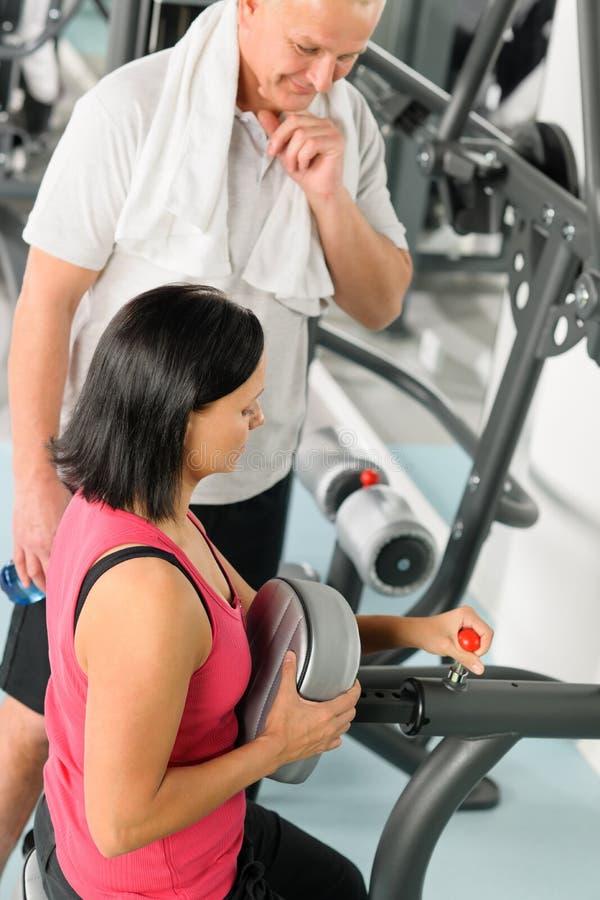aktywny przystosowywa ćwiczenia sprawności fizycznej maszyny mężczyzna trenera zdjęcie stock