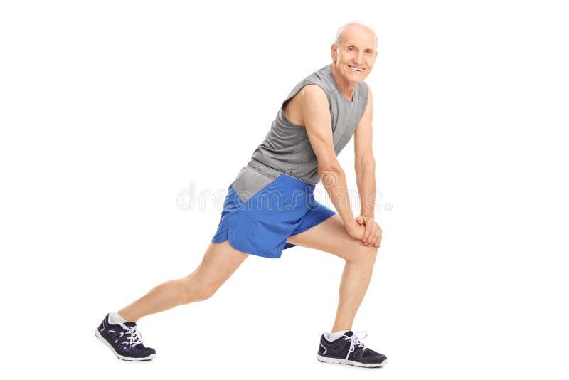 Aktywny starszy mężczyzna robi rozciągań ćwiczeniom fotografia stock