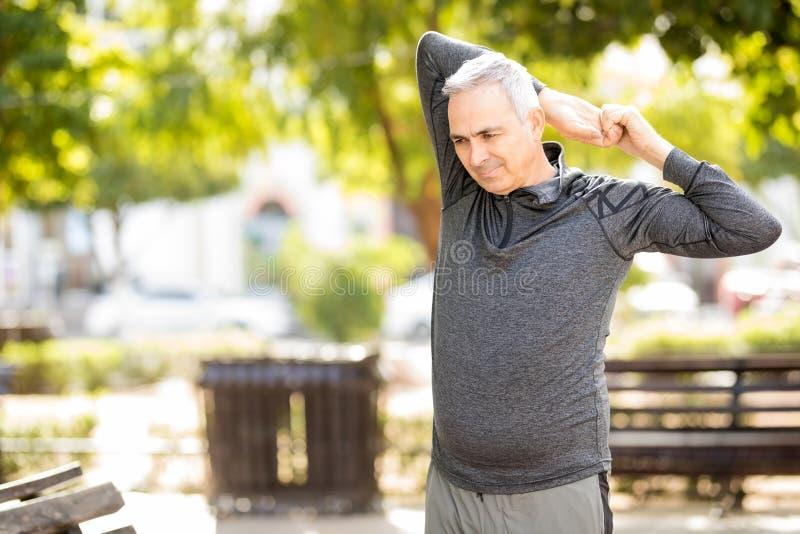 Aktywny w średnim wieku mężczyzna pracujący w parku out zdjęcia royalty free