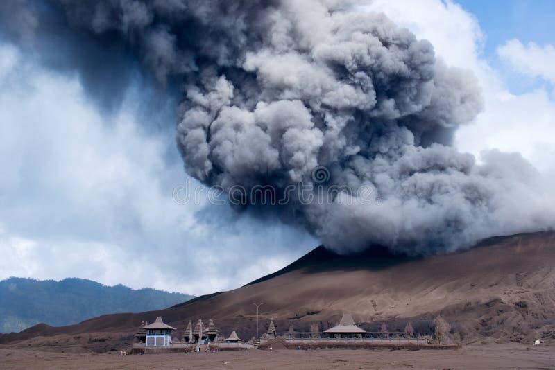 Aktywny wulkan przy Tengger Semeru parkiem narodowym w Wschodnim Jawa, Indonezja obraz stock