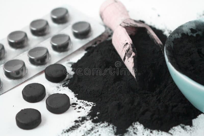 Aktywowany czarny węgla drzewnego proszek, pigułki i pastylki w bąbel fotografii obrazy royalty free