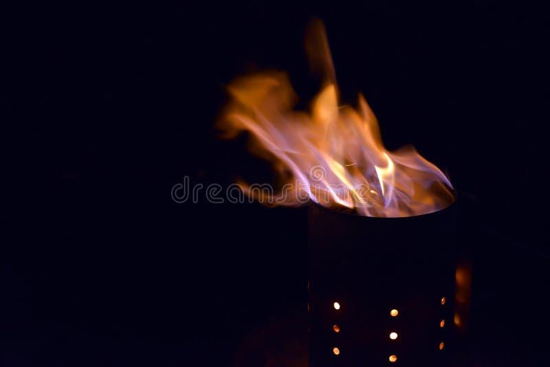 Aktywowany węgiel drzewny z płomieniami w kominie dla grilla zdjęcia royalty free