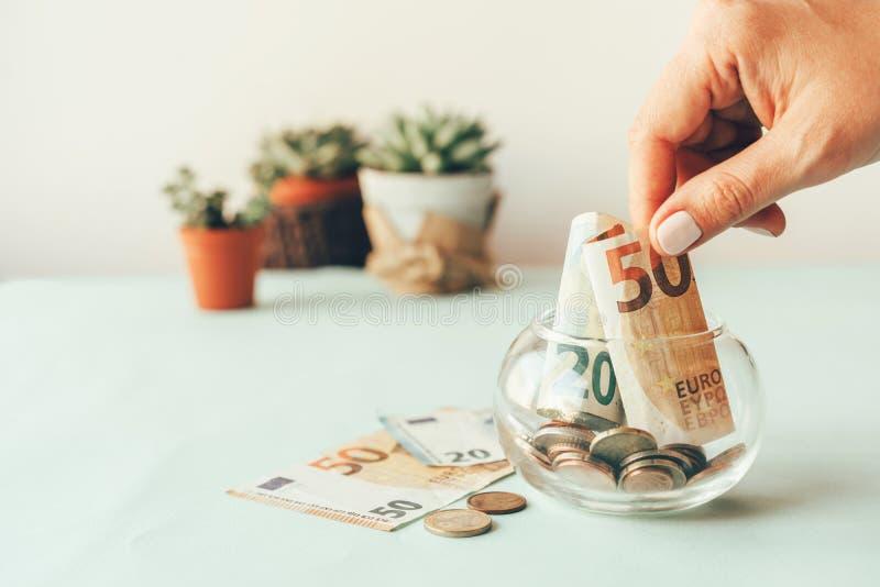 Akumulacja pieniądze w szklanym słoju obrazy royalty free