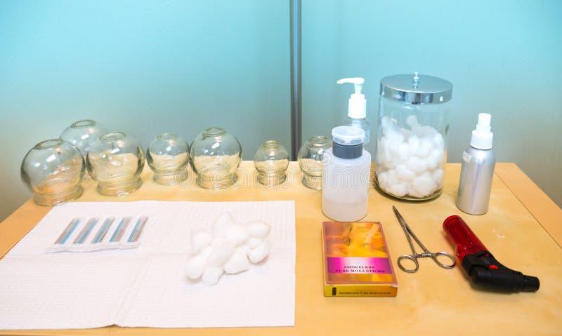 Akupunktur-medizinische Bedarfe auf Tabelle im Behandlungs-Raum lizenzfreies stockbild