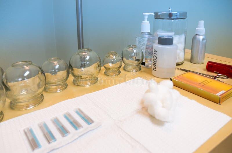 Akupunkturmedicinska förnödenheter på tabellen i behandlingrum arkivfoton