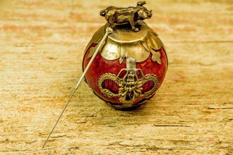 Akupunkturnadel auf antikem chinesischem Papierbeschwerer lizenzfreie stockfotografie