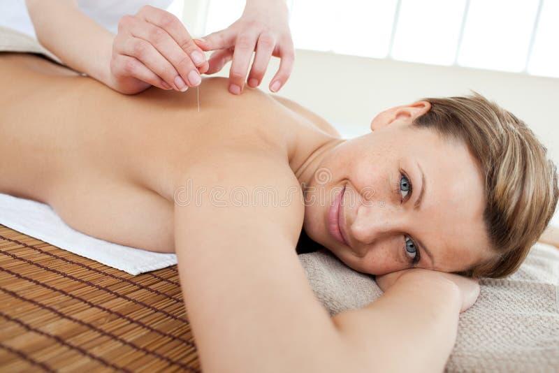 akupunktury portreta uśmiechnięta terapii kobieta obrazy royalty free