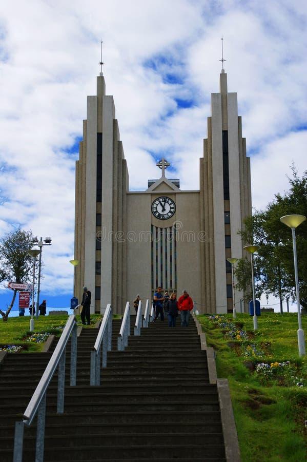 Akureyrarkirkja, la iglesia luterana de Akureyri diseñó por Gudjon Samuelsson, en Islandia septentrional, situada en el centro de foto de archivo libre de regalías