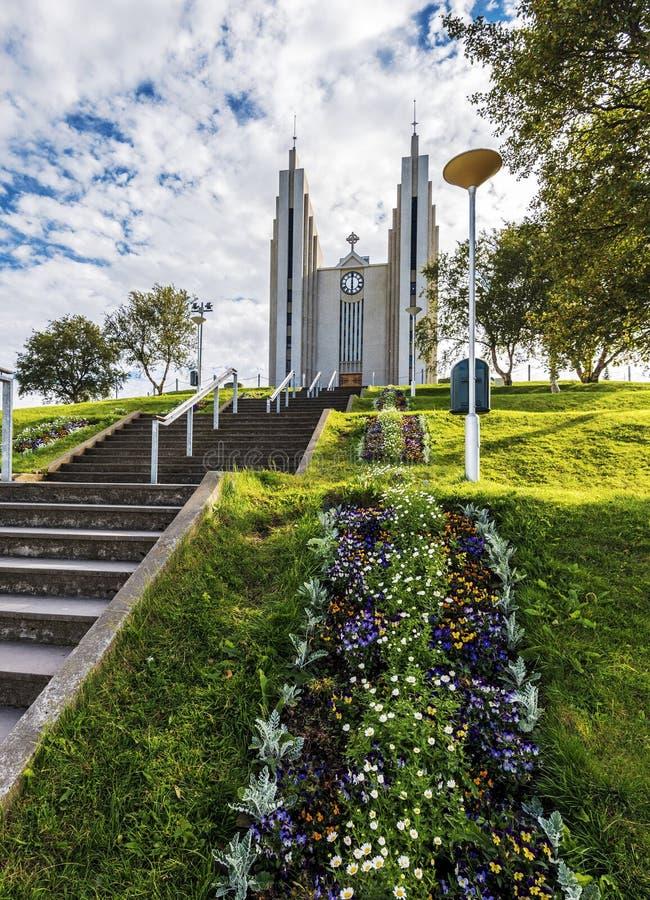 Akureyrarkirkjakerk van Kirkjutroppurnar-gangstappen wordt bekeken in Akureyri-stad, het Kapitaal van Nordurland-eystragebied in  royalty-vrije stock foto