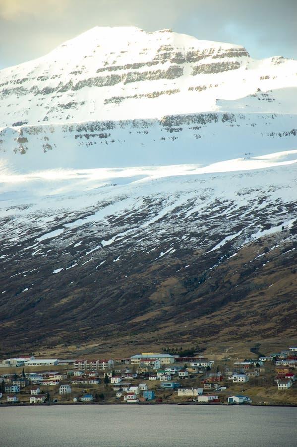 Akureyri au fjord, montagne de neige, soleil, Islande photos libres de droits