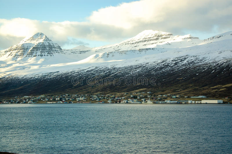 Akureyri au fjord, montagne de neige, soleil, Islande photos stock