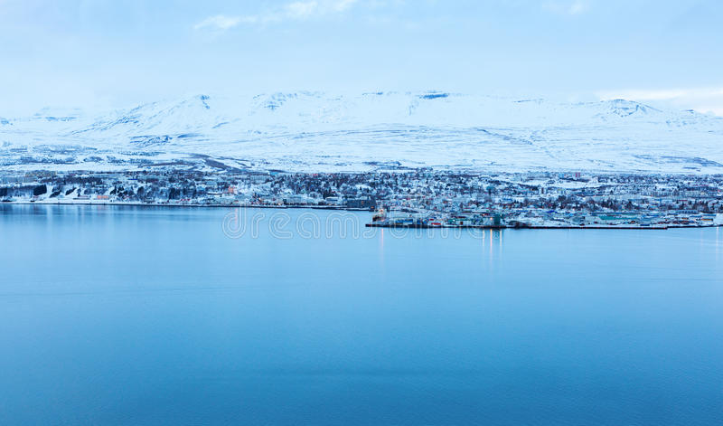 Akureyri, avec Hlidarfjall derrière images stock