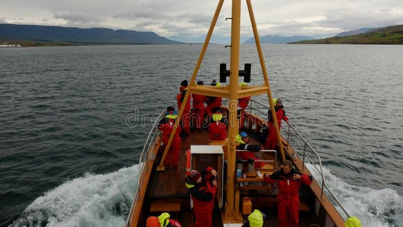 AKUREYRI/ISLÂNDIA, - AGOSTO, 31, 2017: O barco Askell Egilsson preparou-se para a observação da baleia A observação da baleia é a imagem de stock