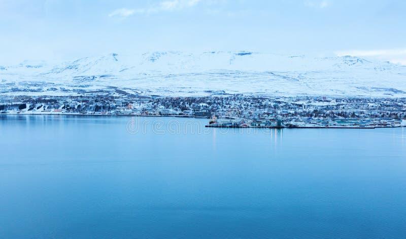 Akureyri, met erachter Hlidarfjall stock afbeeldingen