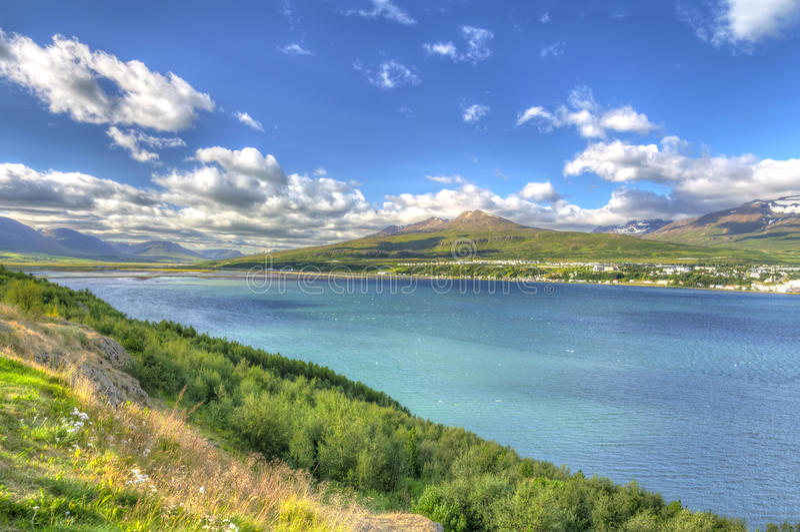 Akureyri van de oostelijke kust van Eyjafjordur wordt bekeken die royalty-vrije stock foto's