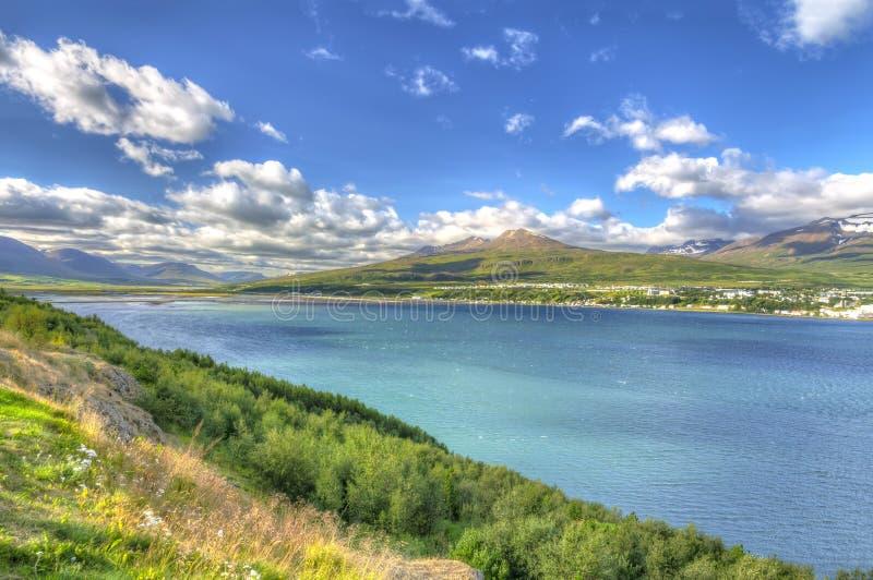 Akureyri vio de la orilla del este de Eyjafjordur fotos de archivo libres de regalías