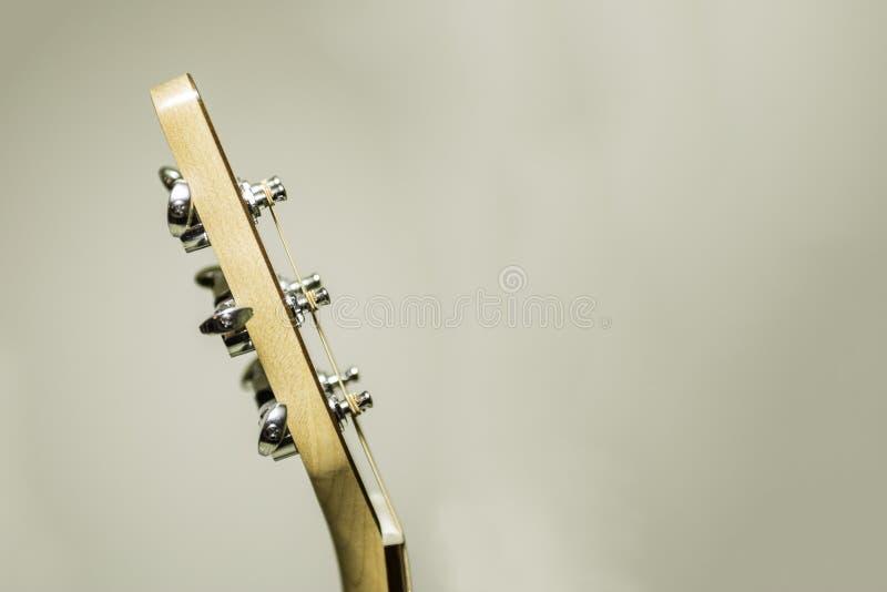Akustikgitarre-Kopf und abstimmende Klammern stockfotografie