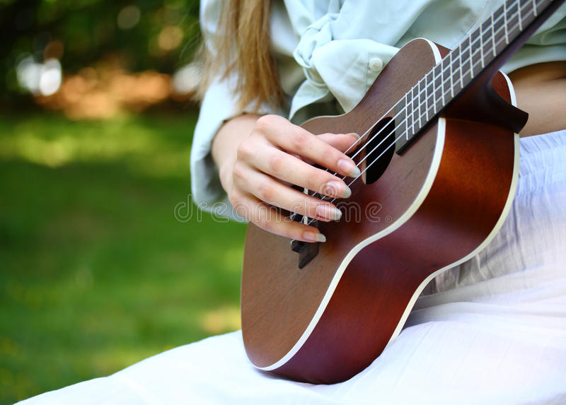 Akustikgitarre und Hand lizenzfreie stockfotos
