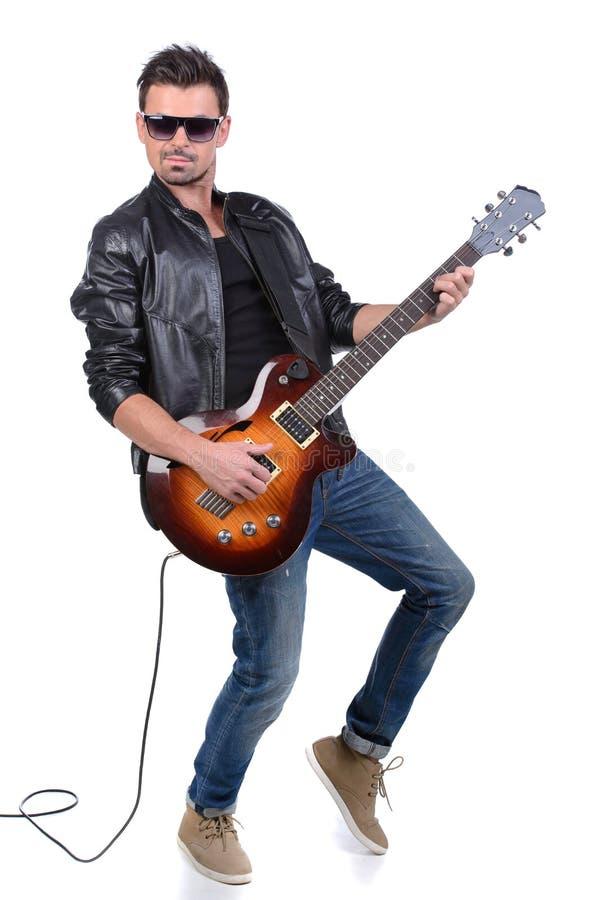 Akustikgitarregitarrist, der Sonderkommandos spielt stockfoto
