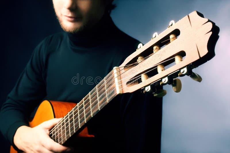Akustikgitarregitarristspielen stockbilder