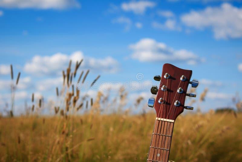 Akustikgitarrekopf und abstimmende Schlüssel stockbilder