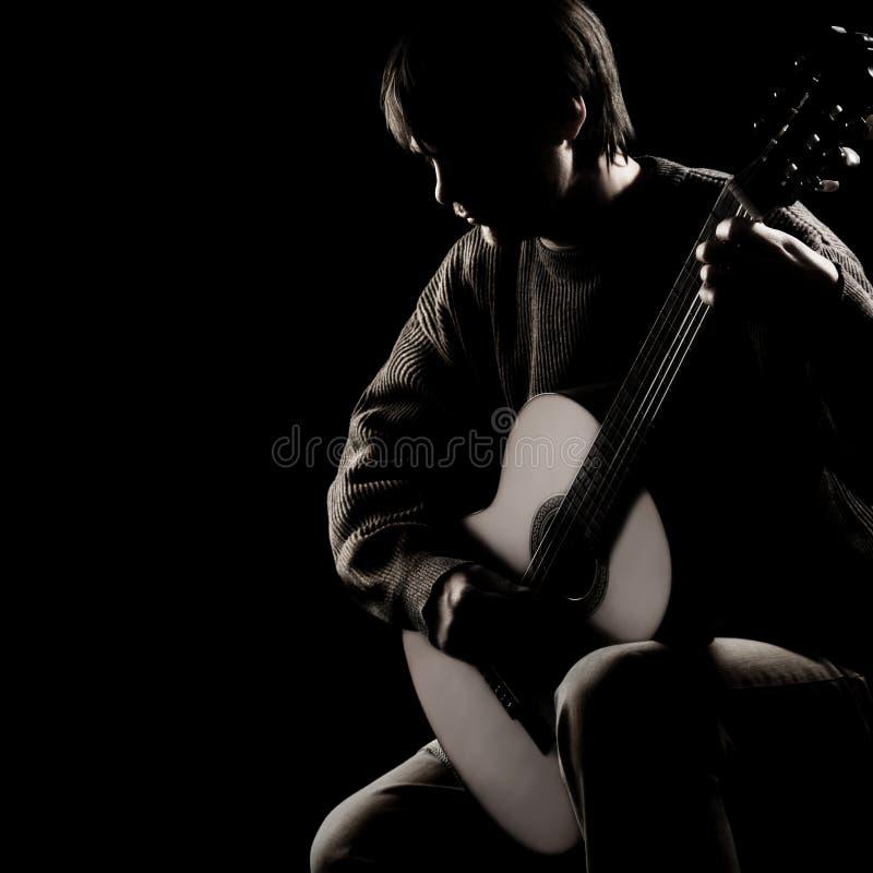 Akustischer Gitarrist, der klassische Gitarre spielt lizenzfreies stockfoto