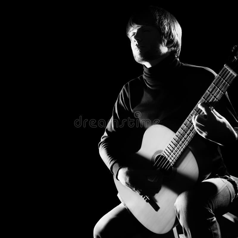 Akustischer Gitarrist, der klassische Gitarre spielt lizenzfreie stockfotografie