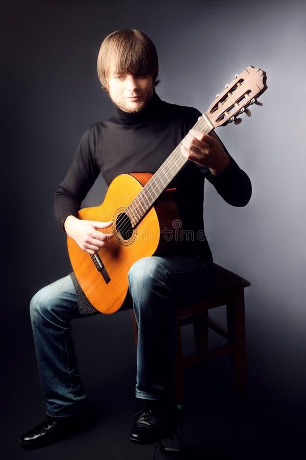 Akustischer Gitarristgitarrist, der klassische Gitarre spielt stockfoto